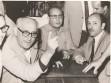 El presidente Arturo Frondizi con su dedo índice en su clásica expresión no renunciaré ni me iré del país. En la foto acompañado por Pedro Cambiasso y Antonio Pereira