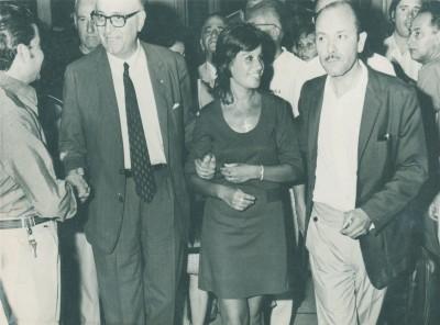 Arturo Frondizi, Graciela Pereira (hija de Antonio) y Antonio Pereira, toman contacto con el público y adherentes en una de las visitas a Mar del Plata. Pereira jugó un papel decisivo durante el gobierno del dirigente de la UCRI, cuando cumplió su mandato presidencial