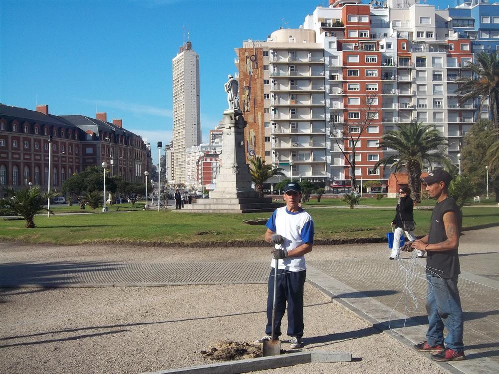 Los trabajadores de la empresa desaparecieron de la Plaza Colón. Dejaron hoyos, alambre y postes precariamente instalados. ¿Cómo sigue esta película?