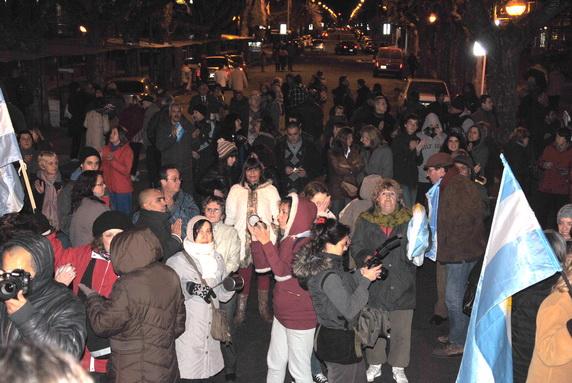 No superó el millar, la cantidad de asistentes a la marcha. La previa ya había sido floja en la convocatoria y una llovizna tenue con baja temperatura conspiraron contra una mayor concurrencia.