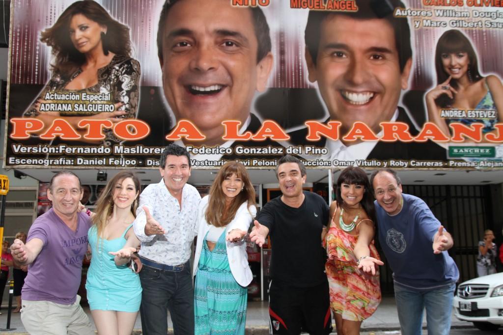 El elenco de Pato a la Naranja junto a Aldo Funes y Carlos Olivieri con la marquesina en Mar del Plata