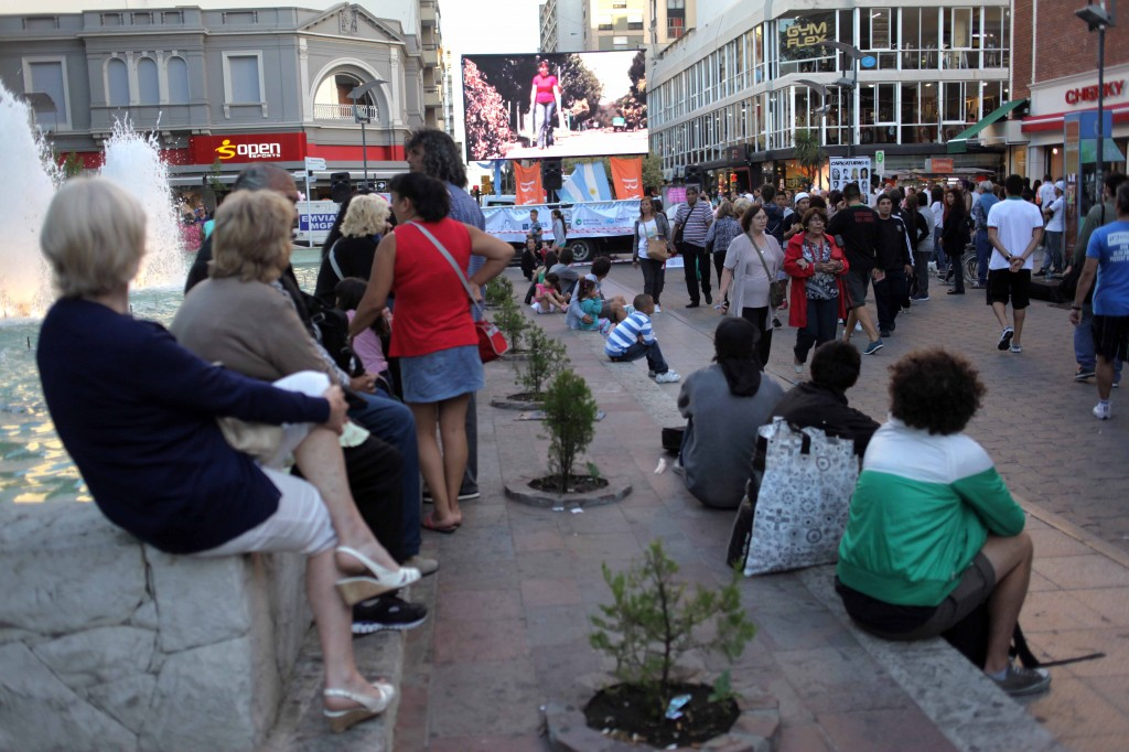 Fotos MGP - Cultura - Cinemovil en la Peatonal San Martin esquina San Luis