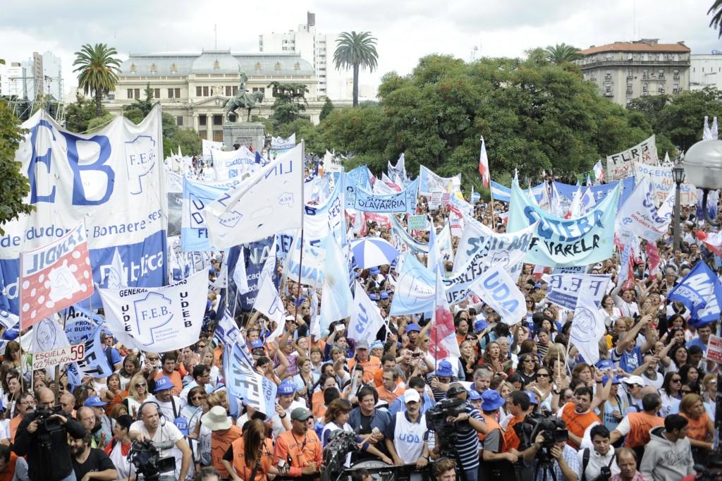 Miles-de-docentes-bonaerenses-marchan-contra-la-subida-de-salarios-por-decreto