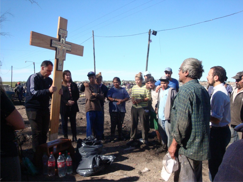 Cruz de Francisco en el basural