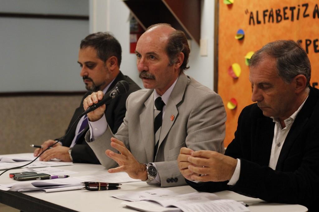 ESTRADO. De izq. a der. secretario César Elbaum, presidente Rubén Pili y contador Oscar Ortíz de Elguea.