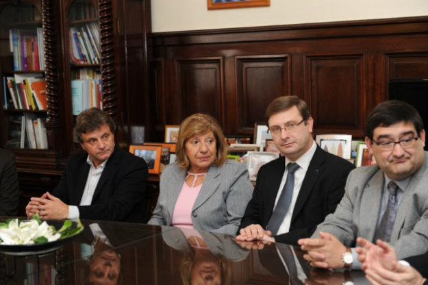 Autoridades presentes en la firma del convenio