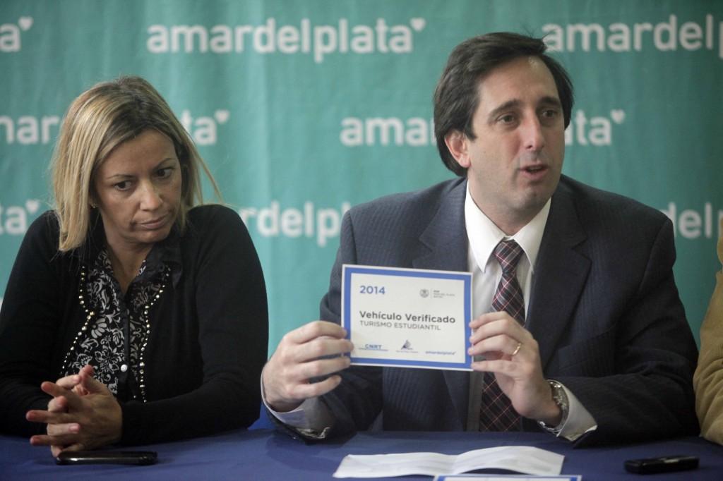 Foto MGP - Seguridad y Control - Alveolite junto a Méndez mostrando la calco que exibirán los micros al salir