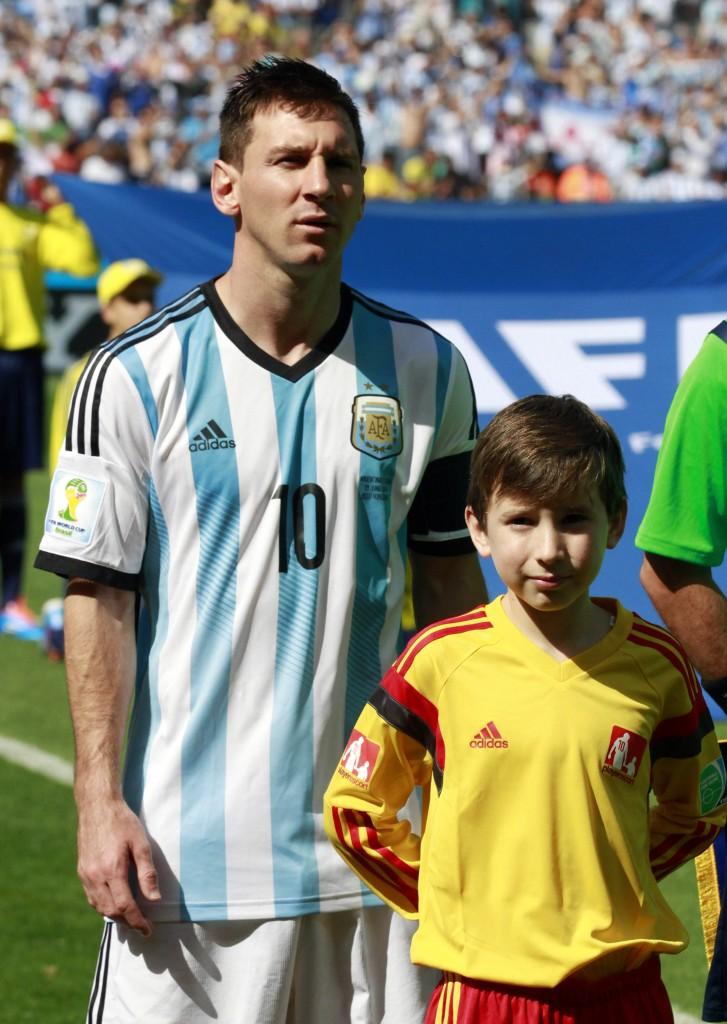 Gabriel Sánchez Iñigo junto a Lionel Messi en el partido Argentina Iran 1. Gentileza DyN