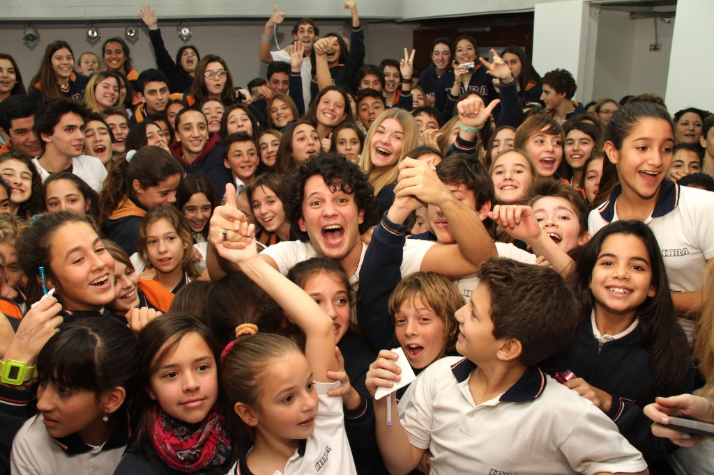 Selfie de Dario Lopilato con alumnos de IDRA 2