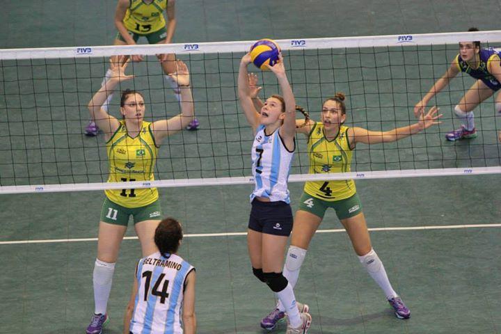 DE SELECCIÓN. Azul Benítez en pleno juego contra Brasil en el Sudamericano. Foto CSV.