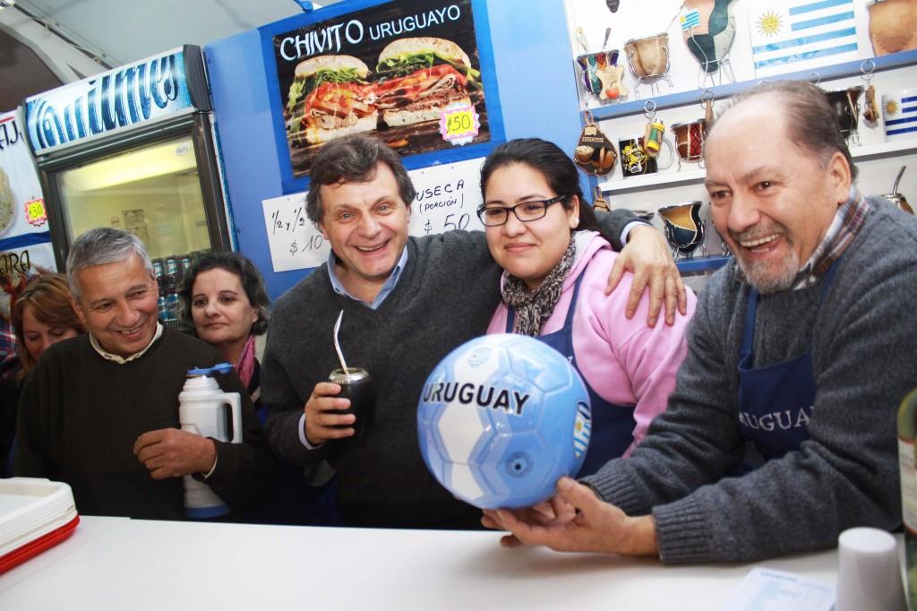 Foto MGP - Feria de las Colectividades 2014 - corte de cintas - Stand Uruguay