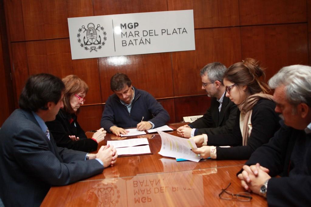 Foto MGP - Seguridad - Convenio con la Fac de Derecho UNMdP - Decana Ortega e Intendente firmando -