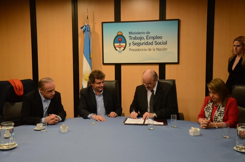Foto MGP - Trabajo - firma convenio con Ministro Tomada