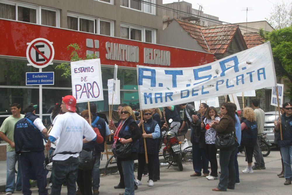 nota-990187-trabajadores-salud-reclaman-pago-sueldos-sanatorio-belgrano-plata-131111052655