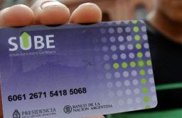 BAS04. BUENOS AIRES (ARGENTINA), 30/01/2012.- Un hombre muestra su tarjeta del Sistema Único de Boleto Electrónico (SUBE) hoy, lunes 30 de enero de 2012, después de recibirla en la Plaza de Mayo de Buenos Aires (Argentina). Hace una semana se anunció que quien carezca de ese plástico pagará más por el transporte público. EFE/Leo La Valle