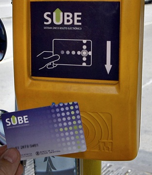 HOY EXPIRA EL LIMITE PARA QUE LOS MEDIOS DE TRANSPORTE NACIONALES CUENTEN CON LA TARJETA SUBE (SISTEMA UNICO DE BOLETO ELECTRONICO). LOS PASAJEROS QUE VIAJEN CON LA TARJETA EN MEDIOS DE TRANSPORTE NO ADHERIDOS AL SISTEMA NO PAGARAN BOLETO. 29/11/11 Foto Fernando Massobrio