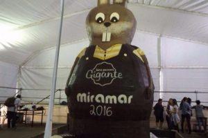 Pascuas en Miramar: elaboran el conejo de chocolate más grande del mundo