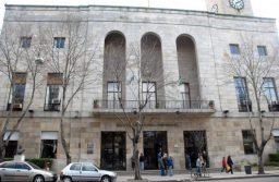 Pintadas y quema de gomas en la Municipalidad contra el desalojo en Guernica
