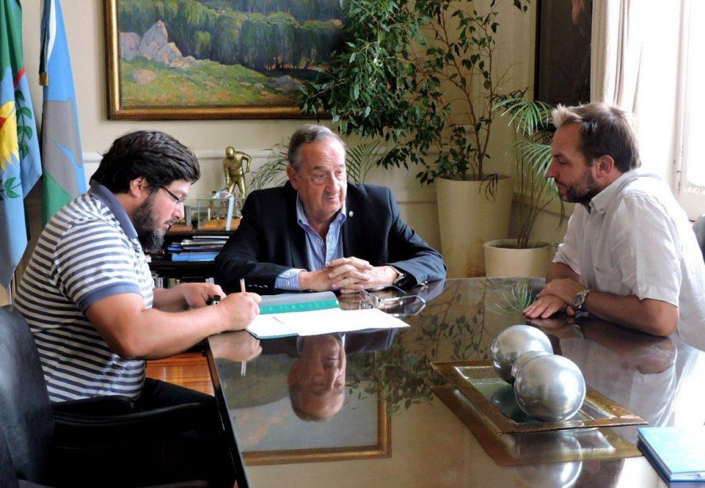 Se firmó el contrato para la construcción de un playón polideportivo en La Movediza
