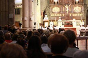 Rodeado del cariño de los fieles marplatenses, monseñor Arancedo celebró su aniversario sacerdotal y episcopal