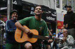 El municipio ayudará al guitarrista de la peatonal