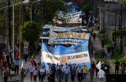 Tandil: Con una masiva marcha, exigieron la intervención del Intendente para evitar el cierre de Metalúrgica