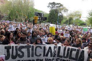 Mardel: 15-10-16  Los padres y hermano de Lucía Pérez, la adolescente violada y asesinada en Mar del Plata, frente a la municipalidad pidiendo justicia foto: Fabián Gastiarena