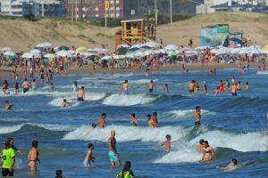 "¿Cómo ataca la ""bacteria de la playa"" que mató a un hombre en Uruguay?"