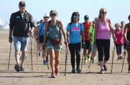 El deporte con bastones que intriga a todos en las playas de Punta Mogotes