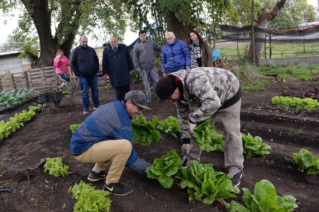 Arroyo supervisó los trabajos de la huerta comunitaria del barrio López de Gomara