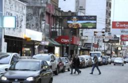 Tandil: multa de 147.000 pesos por hablar por celular en el auto