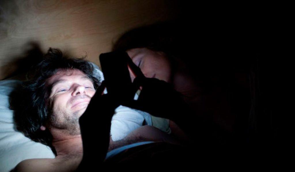 Por qué es mala idea mirar el celular en medio de la noche o antes de ir a dormir