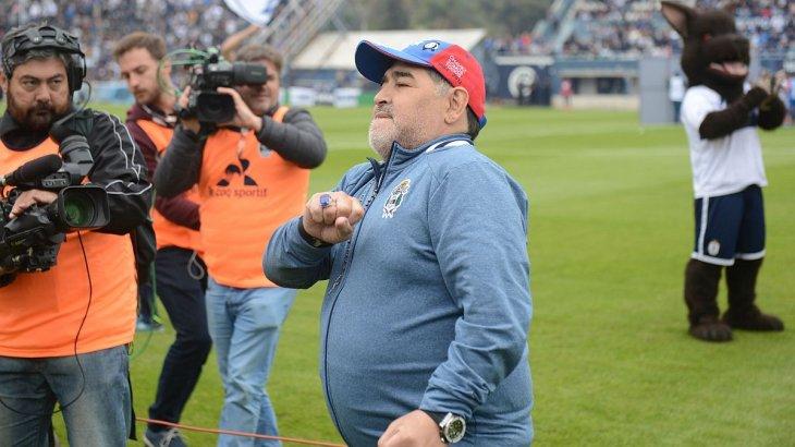 Maradona le comunicó al presidente de Gimnasia que volverá a dirigir en el club