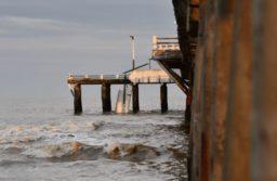 Mar de Ajó: Tres pescadores cayeron al agua al derrumbarse un tramo de un muelle