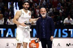 Facundo Campazzo, acompañado por el actor Javier Gutiérrez tras recibir el trofeo MVP en la final de la Copa del Rey. Foto: EFE