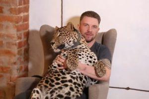 Cuidaba un leopardo en un zoo, dejó el trabajo y el animal casi muere de tristeza