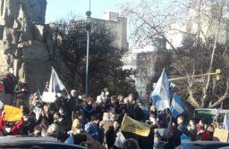 Crecen los reclamos con las multitudinarias marchas de protesta