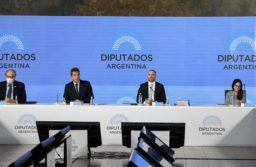 El ministro de Hacienda, flaqueado por el presidente de la cámara baja, Sergio Massa.