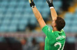 El marplatense Emiliano Martínez atajó un penal en su debut en el Aston Villa