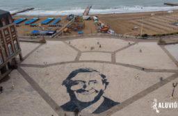 A diez años de su fallecimiento pintan un gigantesco retrato de Néstor Kirchner en la rambla
