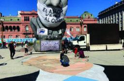 Después de la polémica en Mar del Plata, pintaron un mural con la imagen de Néstor Kirchner en la Plaza de Mayo