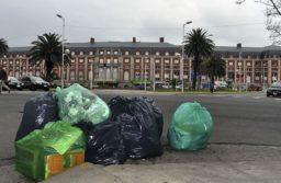 Las bolsas verdes para los residuos reciclables secos y las negras para el resto de la basura.